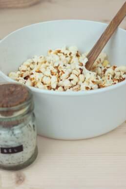 Ajouter sel dans maïs remuer