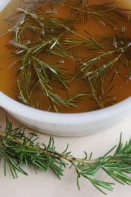 Faire infuser romarin dans eau et sucre