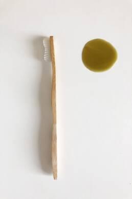 Brosse à dents bambou et savon noir pour nettoyer